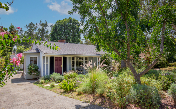 In Escrow! Charming Cottage in Peaceful Altadena Setting!